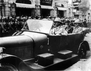 Sir Herbert Samuel, ex-British Minister of the Interior (with hat) arriving in Jerusalem in July 1920 to take over as High-Commissioner of the British Mandate in Palestine and Sir Edmund Allenby (right) Photo Keystone/HH