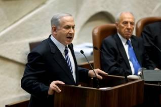 رئيس الوزراء الإسرائيلي بنيامين نتنياهو يتخدث في الكنيست والرئيس شمعون بيريز يراقب Photos Shutterstock