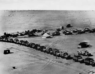 Two columns of Egyptian lorries and tanks in the Sinai Desert at the start of the June War / Photo Keystone/HH