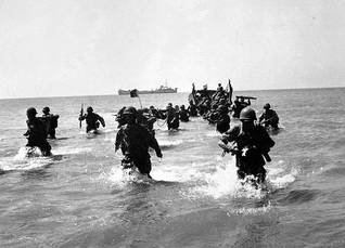 French troops landing near Port Said, during the British/French/Israeli attack on Egypt on 6 November 1956 / Photo Roger Viollet/HH
