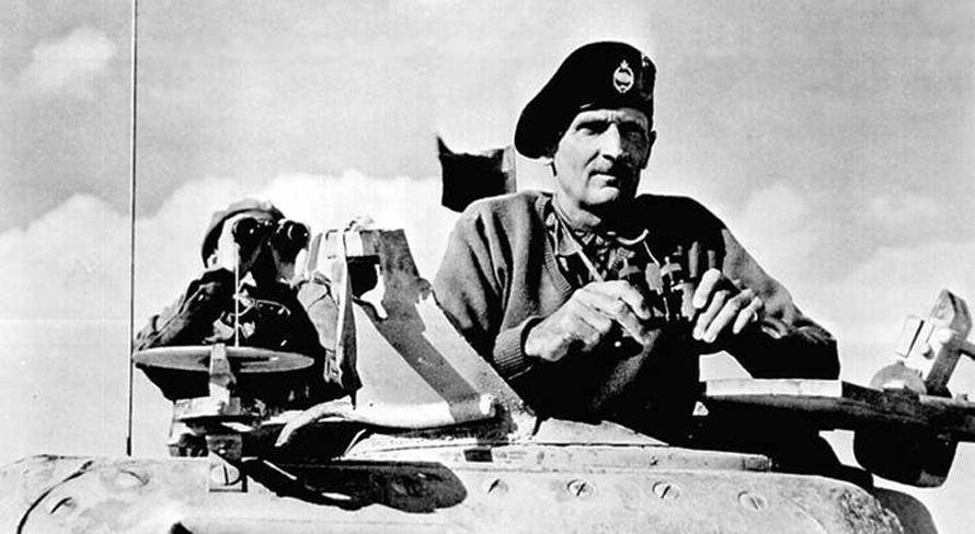 المارشال البريطاني برنارد مونتغمري خلال هجوم الحلفاء على الجيش الألماني في شمال أفريقيا عام 1943