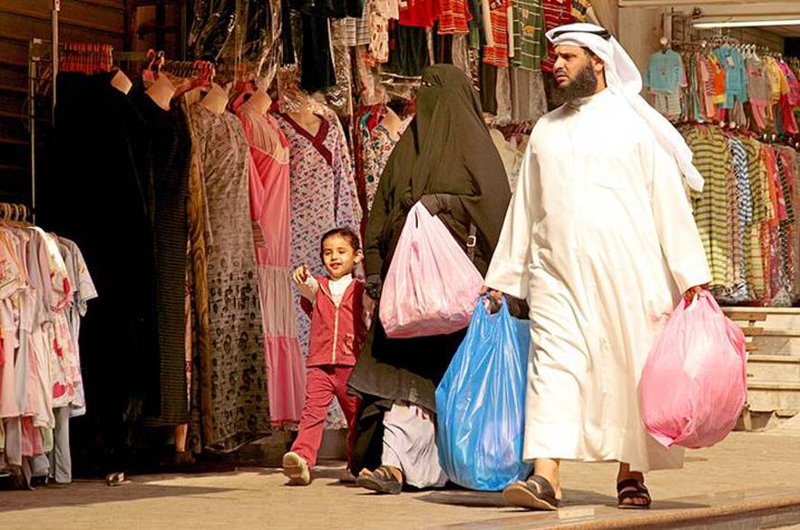 kuwait_family_shopping_800px_HH_02467176_02_894faba7e4