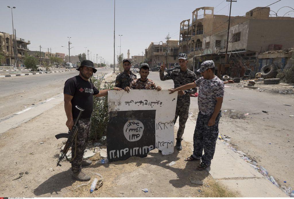 الدولة الاسلامية جنود عراقيون في مدينة الفلوجة