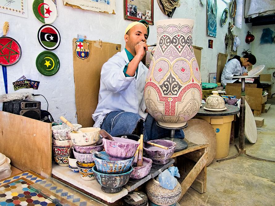 تجبر البطالة العديد من الشباب المغاربة المتعلمين على العمل في شركات عائلية تقليدية لتوليد الدخل الأساسي / Photo Fanack